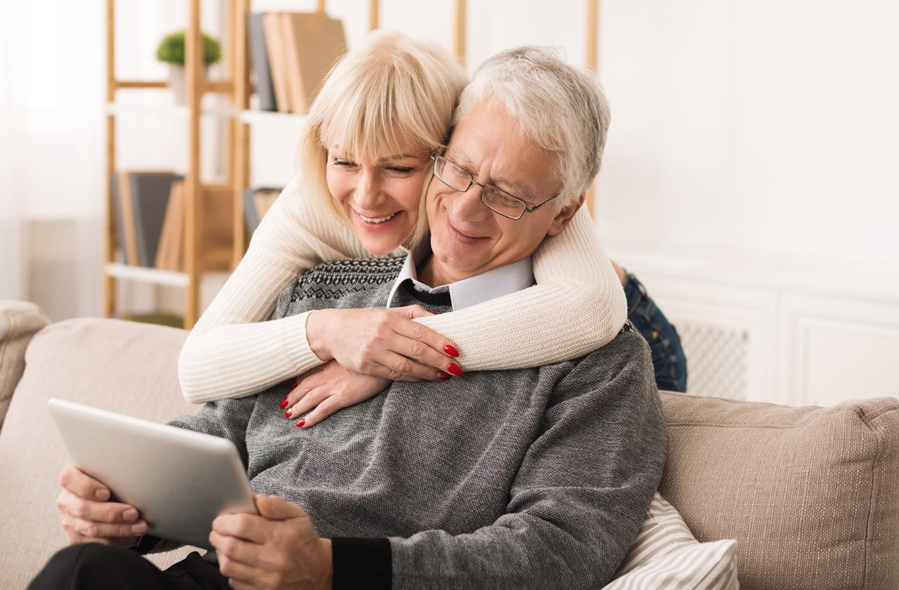 Älteres Ehepaar sieht sich etwas am Tablet an