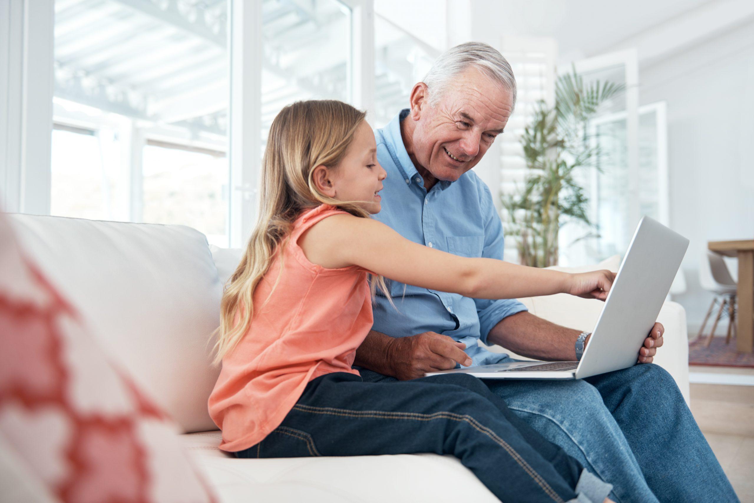 A1 Seniorenakademie Großvater und Enkelin mit Laptop